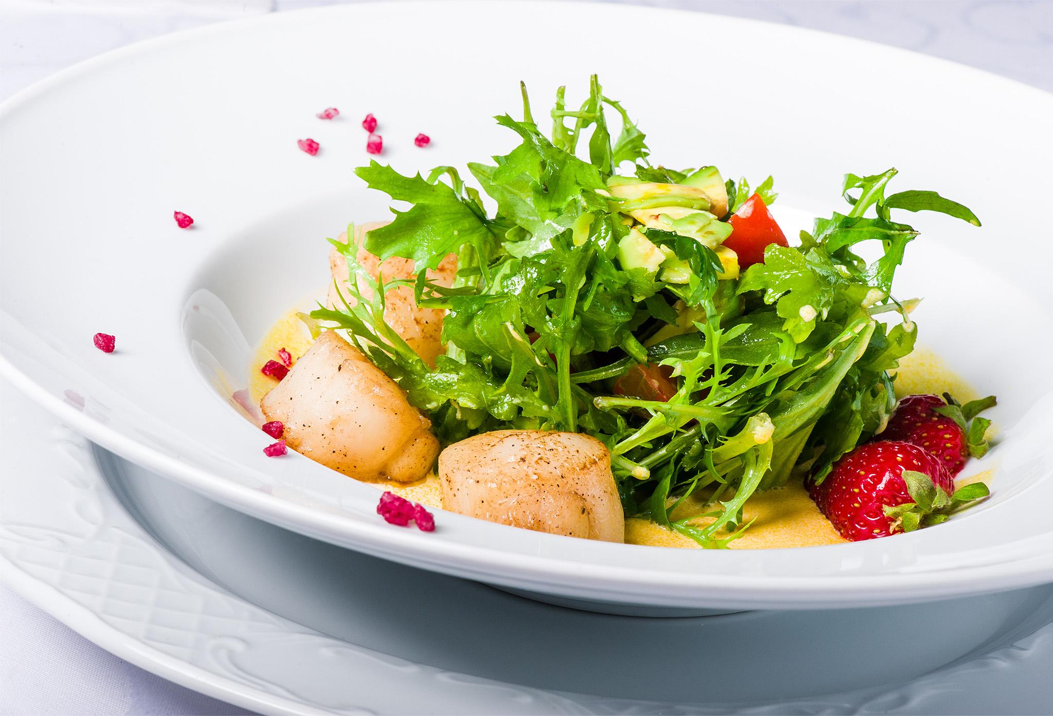 Салат с гребешками и проросшей пшеницей