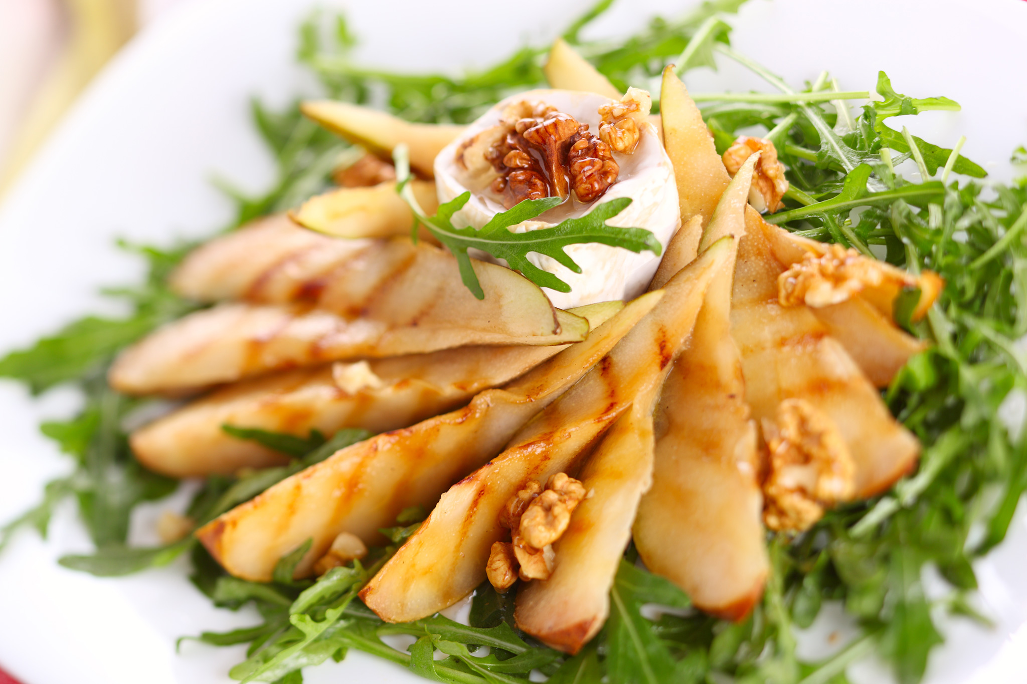 Салат из груши и орехов на гриле с козьим сыром