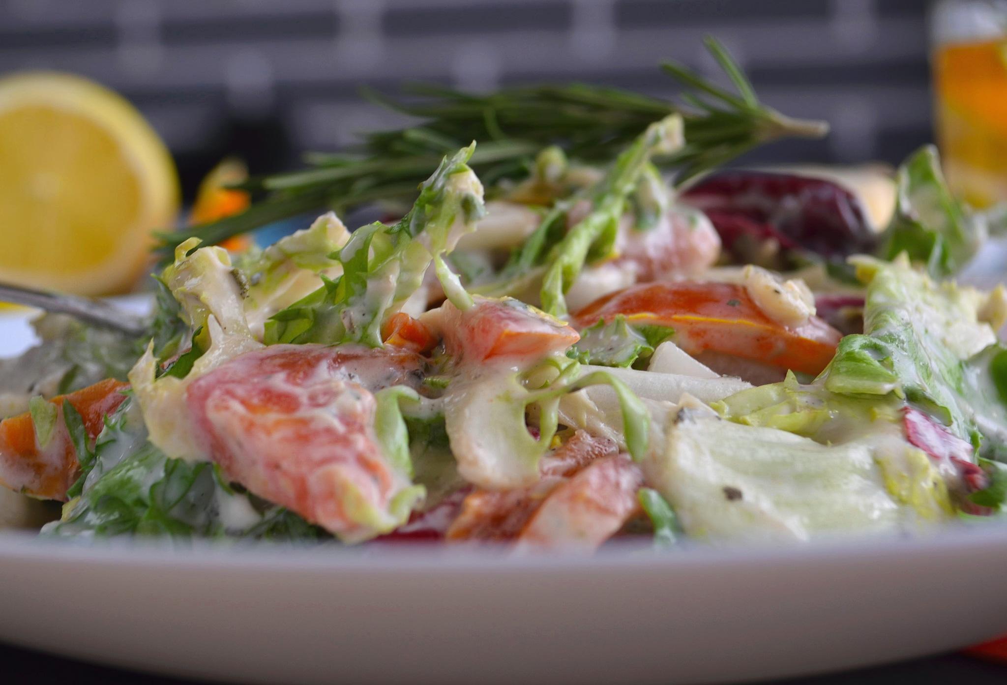 Летний салат в имбирно-медовой заправке