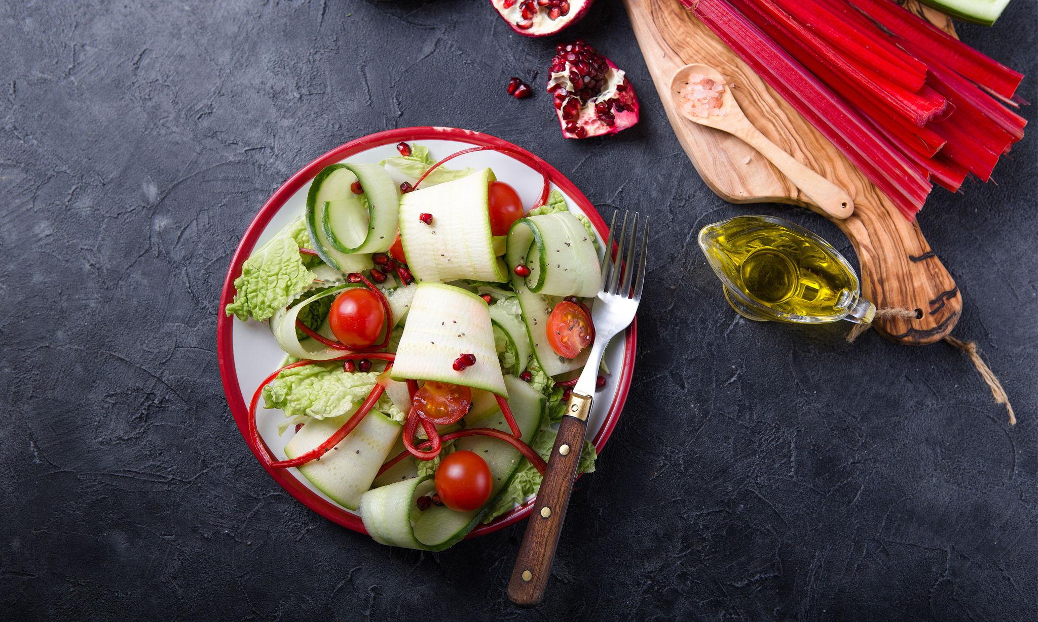 Салат из маринованных лепестков цукини
