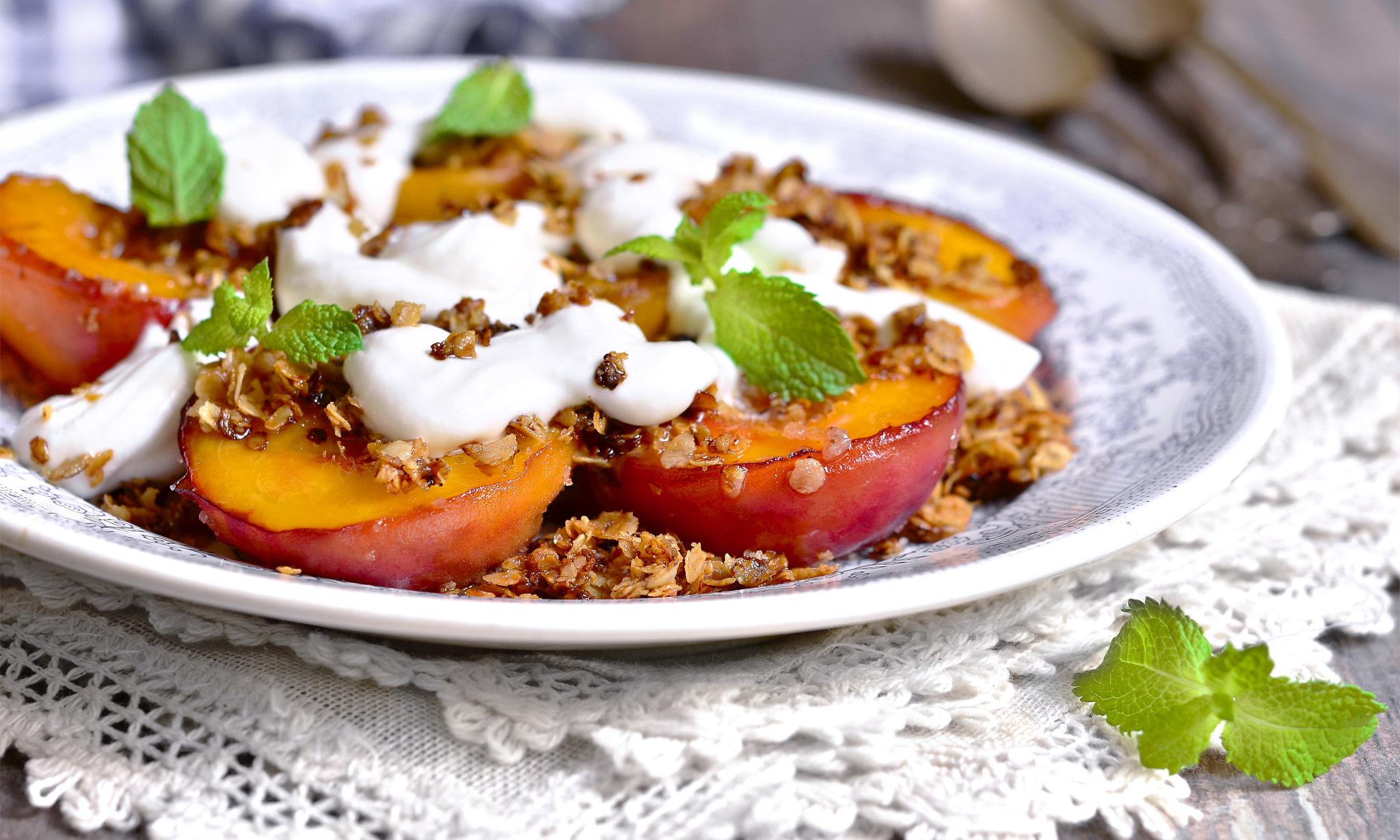 Персики с бальзамическим кремом и корицей
