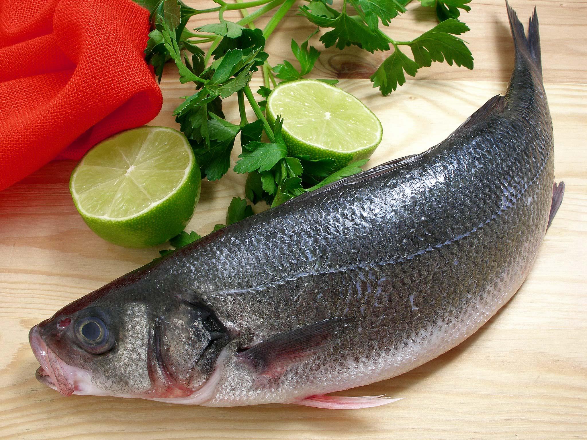 Рыба, запеченная с травами и лаймом