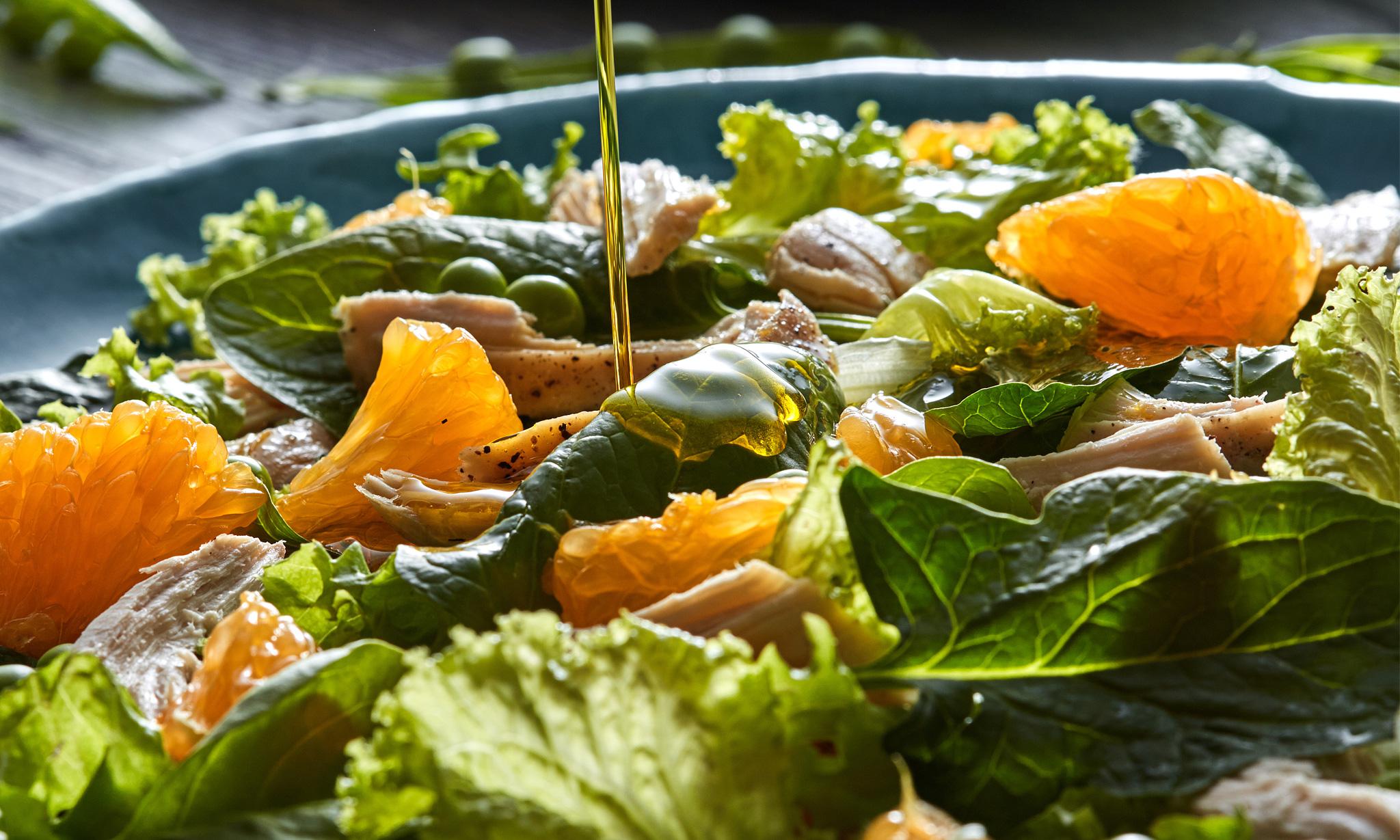 Салат с острой индейкой, апельсинами и лесными орехами