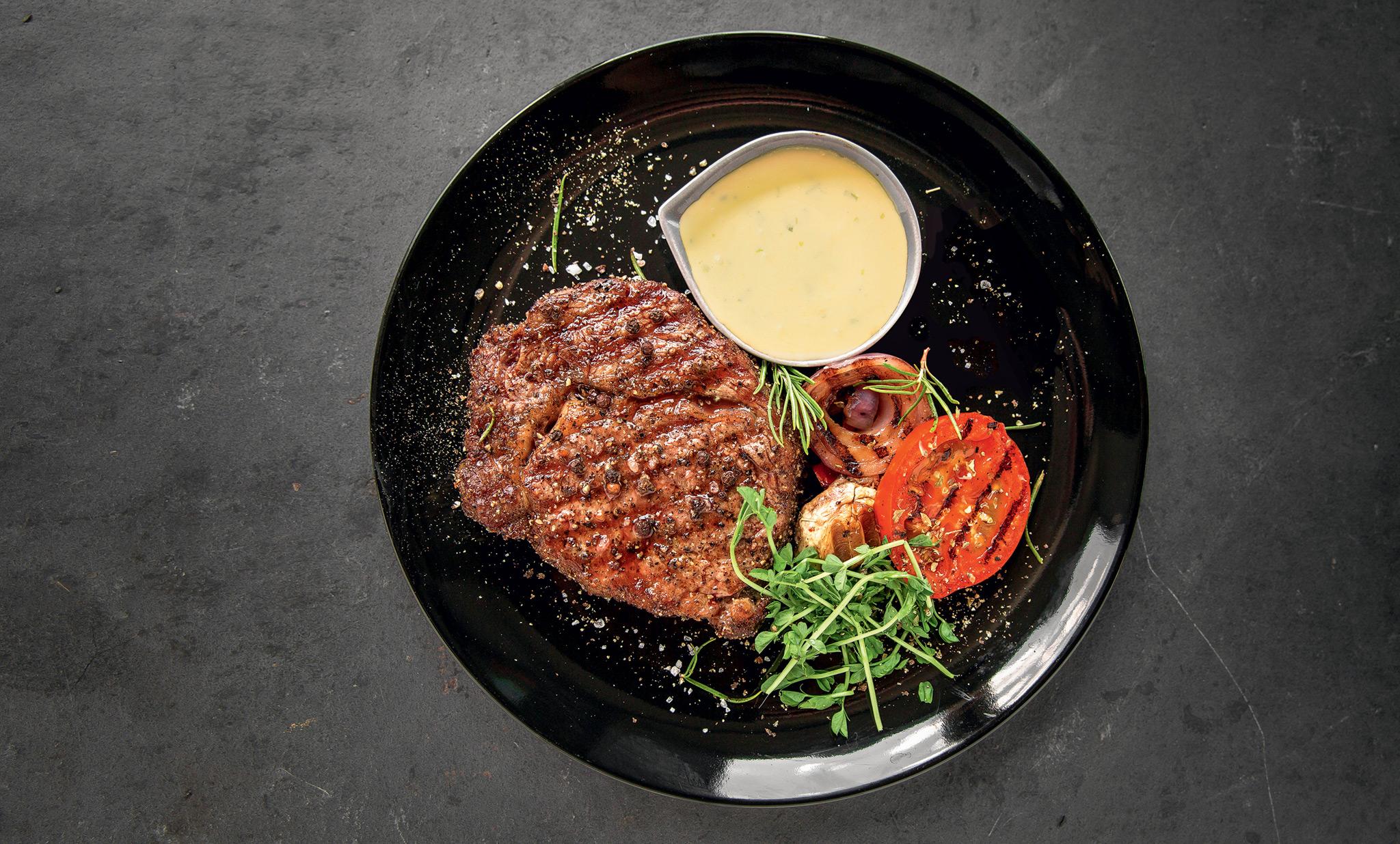 Steik shatobrian s sousom bearnez