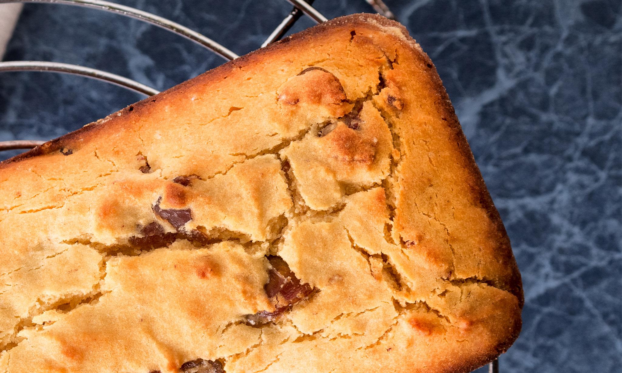 Болонский пирог с полентой, инжиром и яблоками
