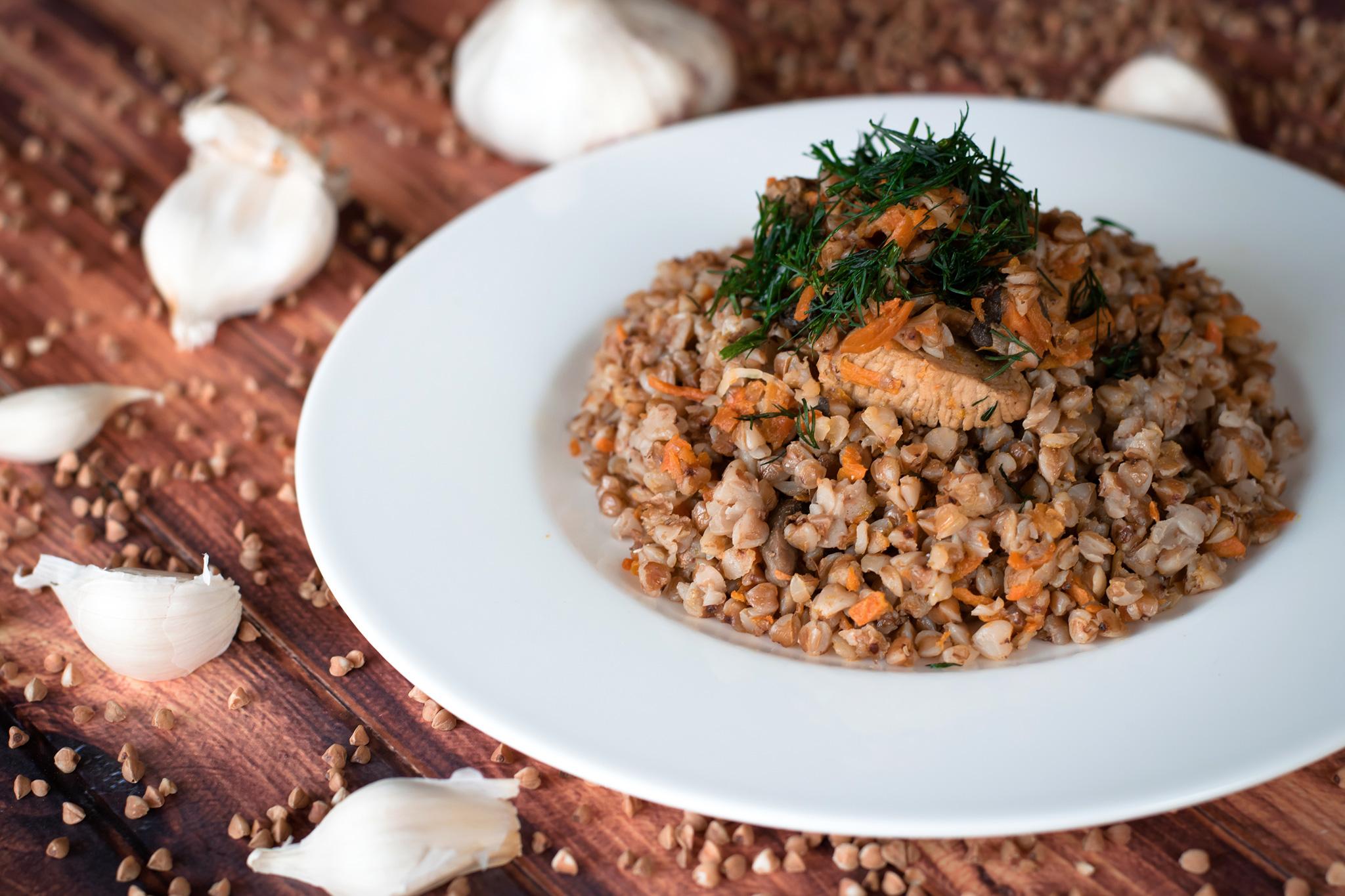 Гречка с луком, орехами и соевым мясом