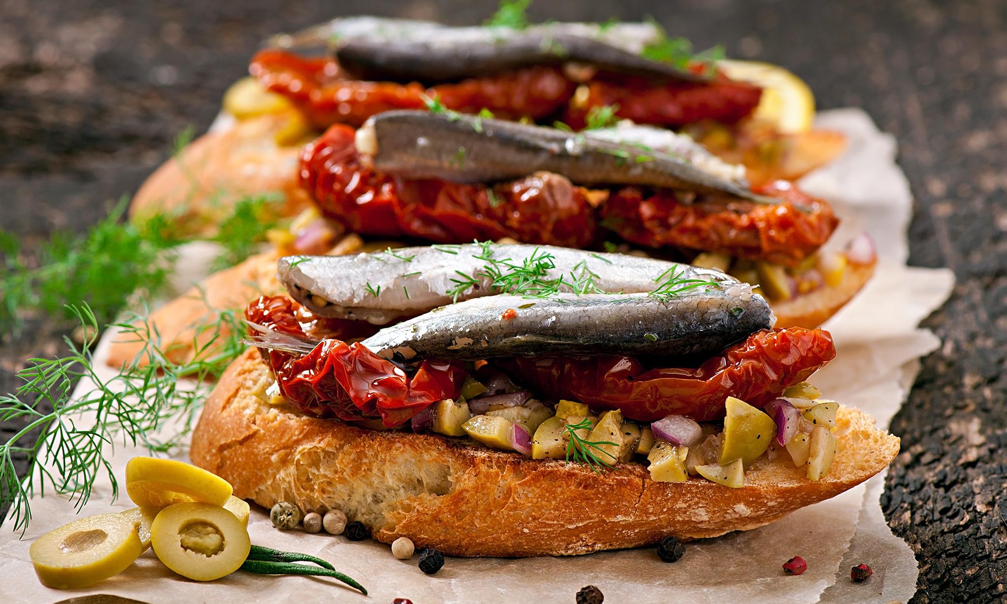 Пинчос с анчоусами и сушеными томатами