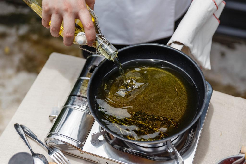 оливковое масло на сковороде